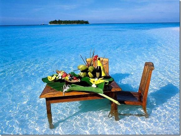Стол в теплом море