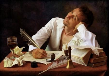 Человек пишет пером и задумался