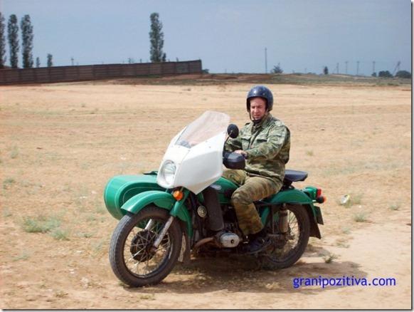 Человек на мотоцикле урал