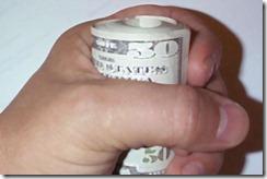 Рука с пачкой денег