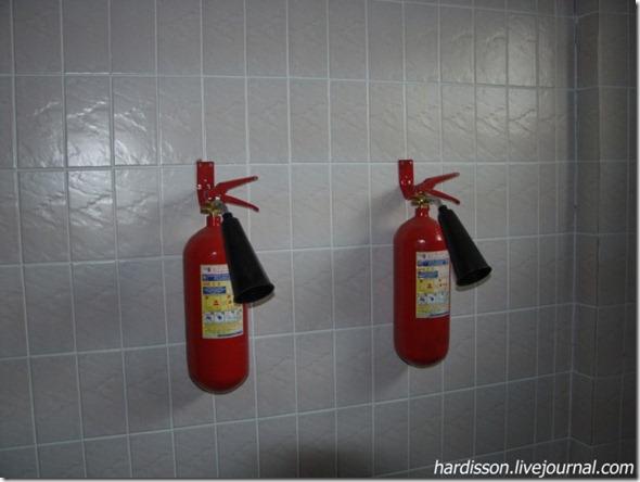 Огнетушители на стене
