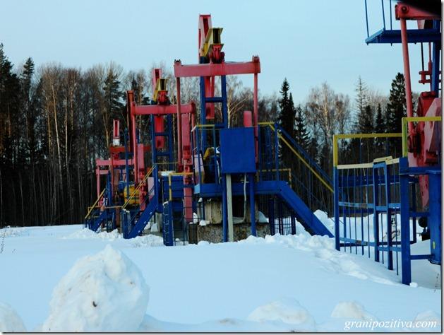 Нефтедобывающая установка на трассе