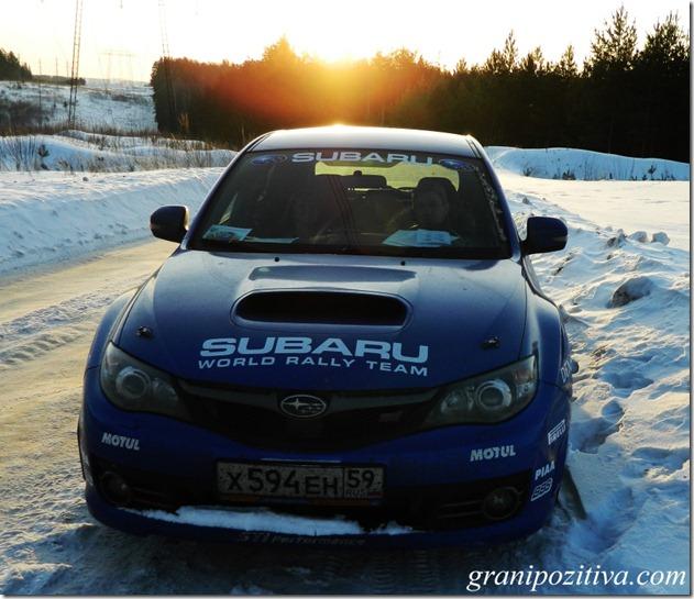 Синяя субару на снегу