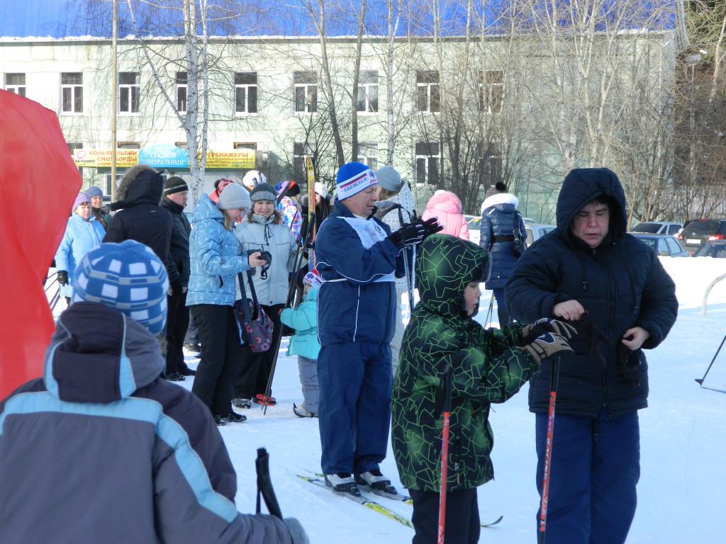Люди готовятся к старту на Лыжне России в Чайковском Пермского края