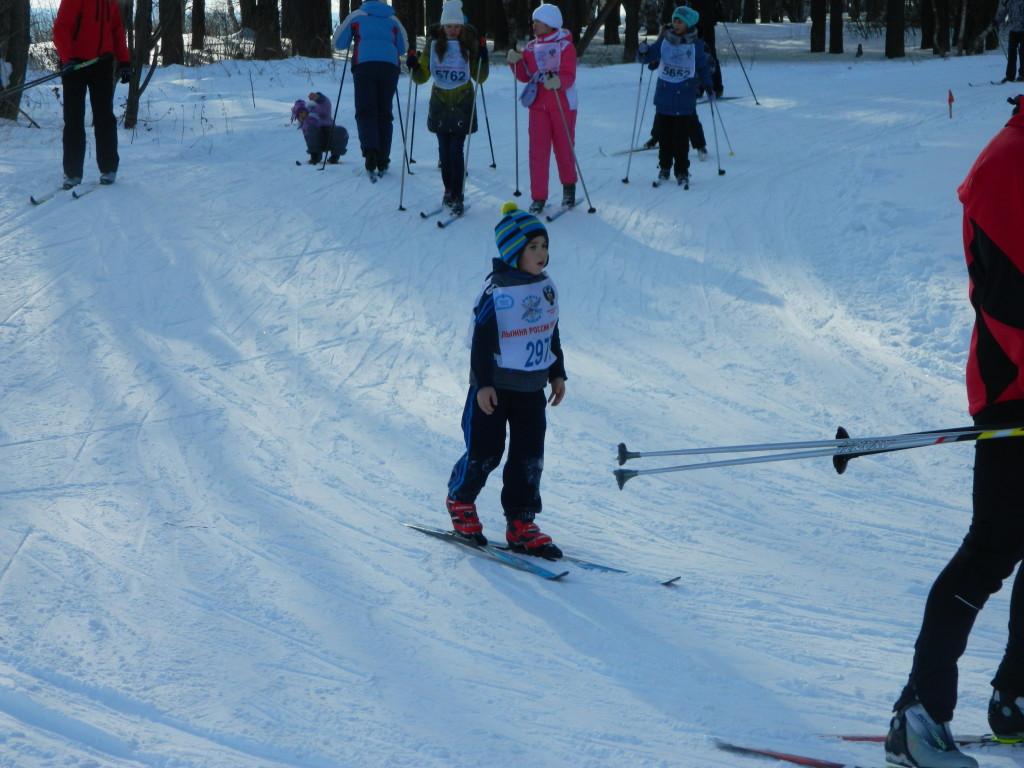 Ребенок на лыжах в городе Чайковском Пермского края