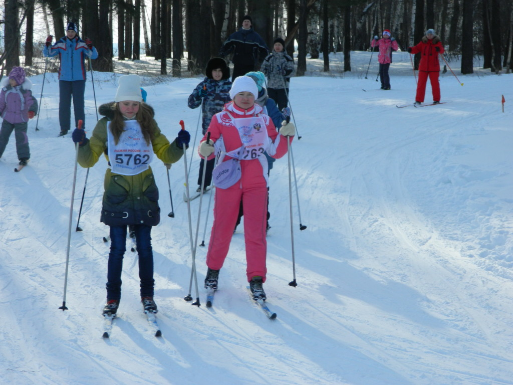 Лыжниики на Лыжне России в городе Чайковском Пермского края