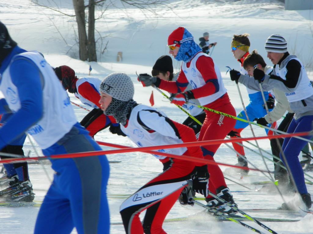 Лыжники в азарте гонки в городе Чайковский Пермского края