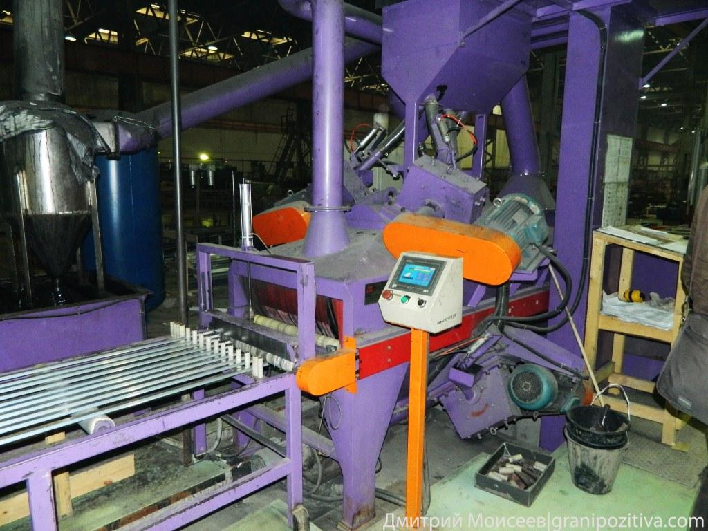 Затем профиль проходит через дробоструй, все происходит автоматически на заводе Найди в Ижевске