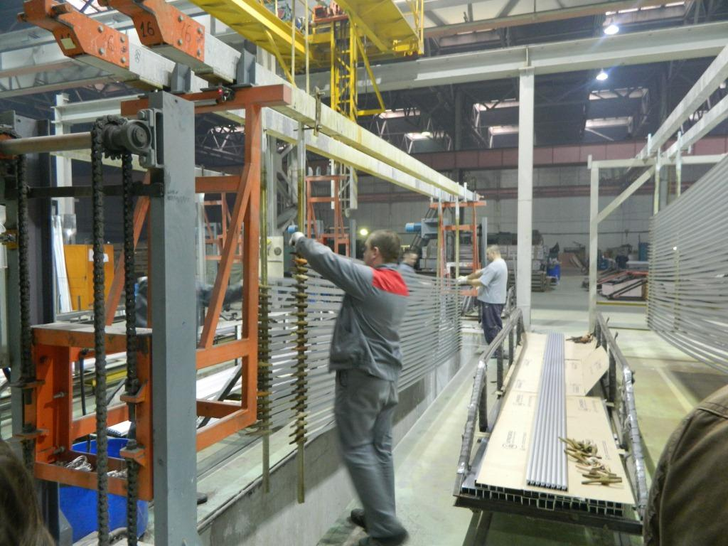 Рабочий закрепляет профиль в картридже на заводе найди в ижевске