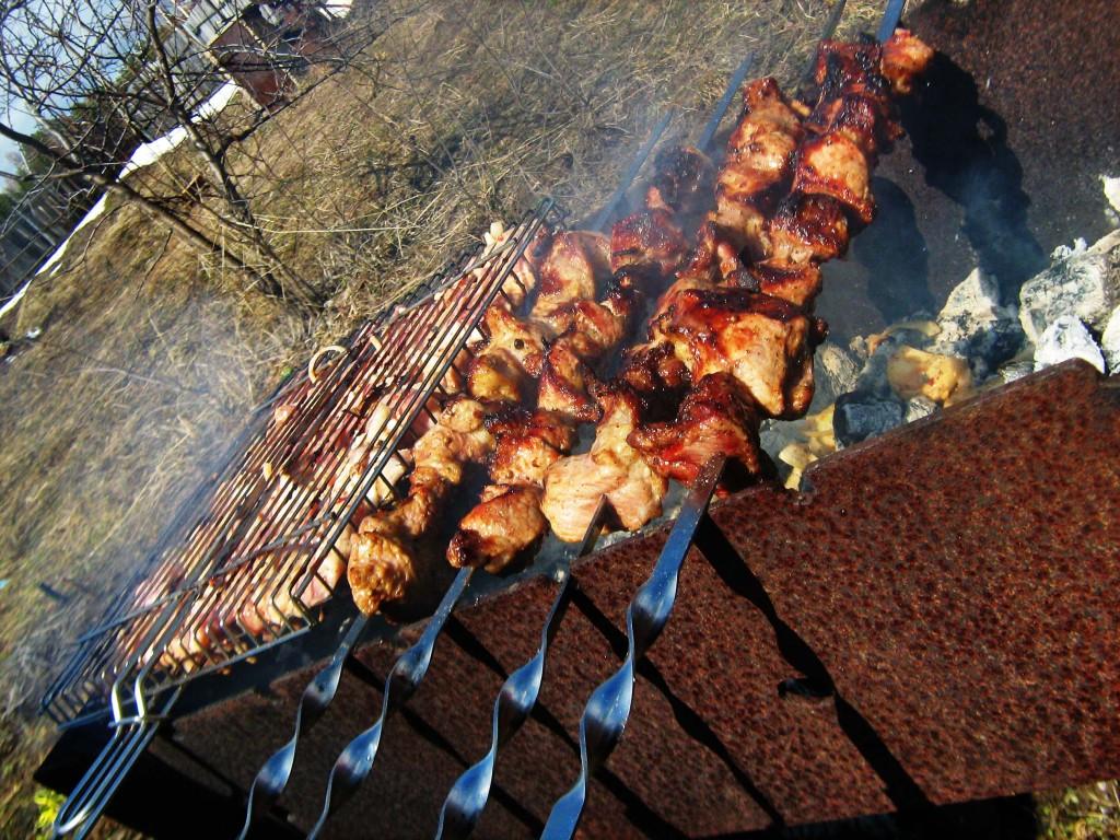 Свиной шашлык из шейки жарится на мангале