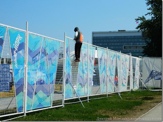 человек лезет на стену на фестивале белые ночи в перми