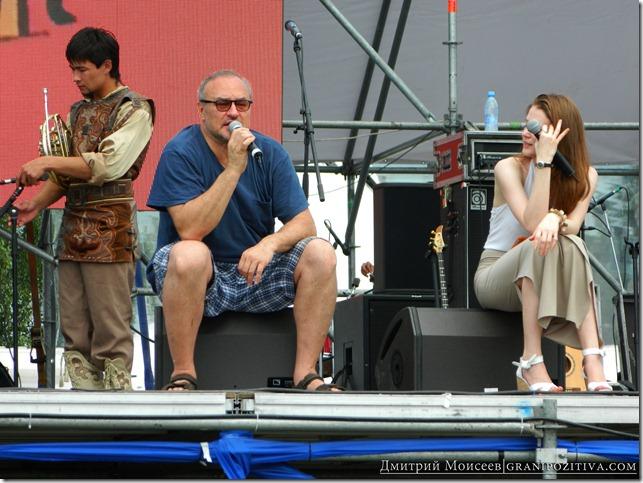 человек говорит в микрофон на фестивале белые ночи в перми