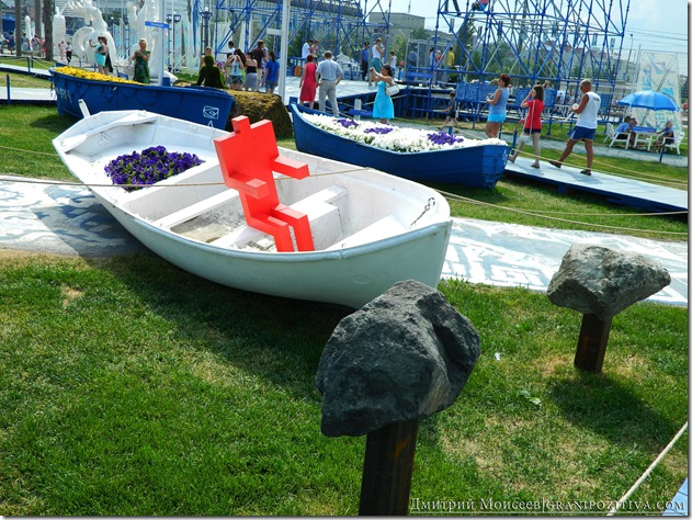 инсталляцияи человек в лодке на газоне на фестивале белые ночи в перми
