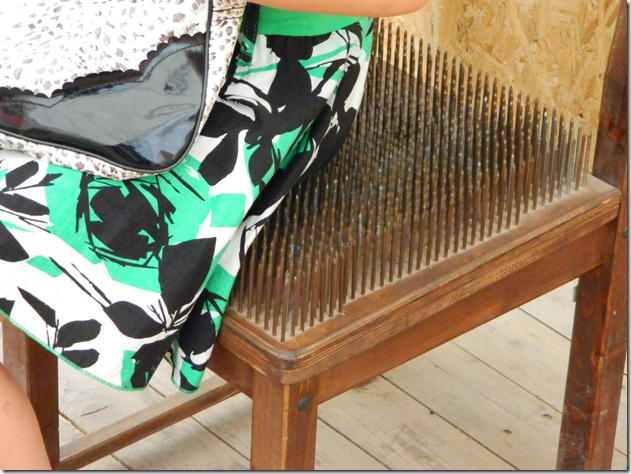 стул с гвоздями  в эксперементариуме Фестиваля Белые Ночи в Перми