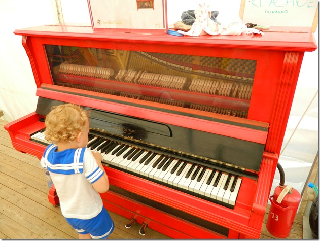 прозрачное пианино в эксперементариуме Фестиваля Белые Ночи в Перми