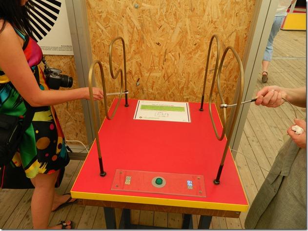 Экспонат на котором нужно провести гаечным ключом не задев трубки в эксперементариуме Фестиваля Белые Ночи в Перми