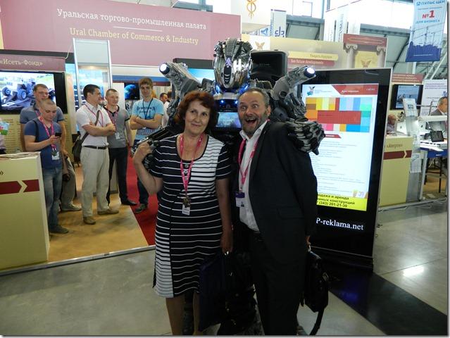 Робот и мужик со смешным лицом на Иннопроме