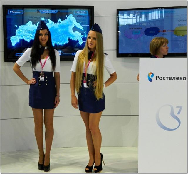Девушки презентуют новые облачные сервисы от Ростелекома на Иннопроме