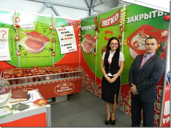 Девушка в сексуальных очках презентует колбасные изделия на Иннопроме