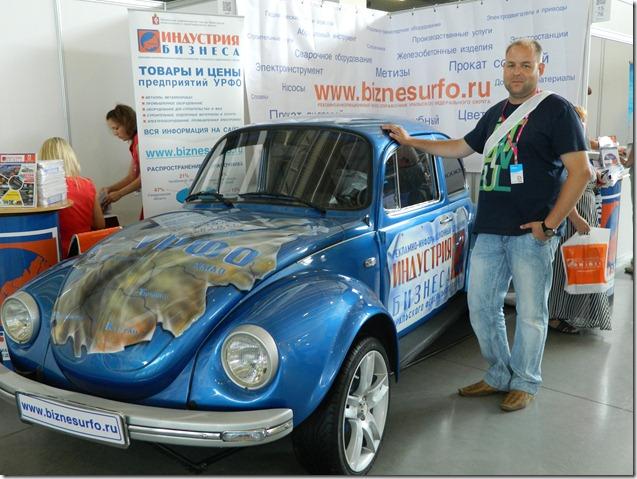 Дмитрий Моисеев рядом с ретроавтомобилем на Иннопроме