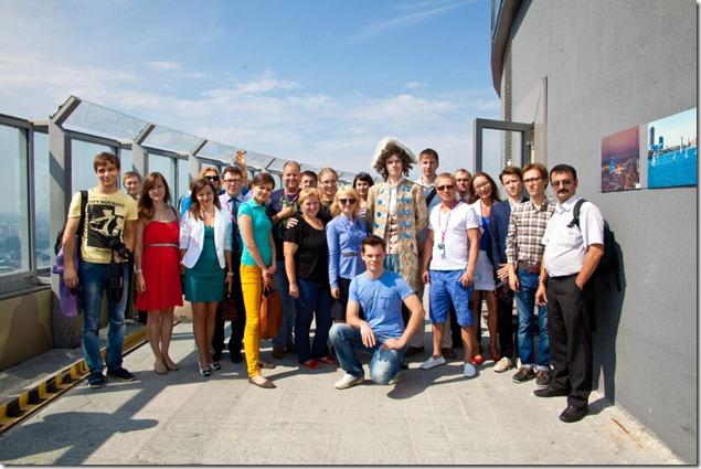 Команда журналистов работавших по приглашению Ростелекома на выставке Иннопром, на крыше Бизнес центра Высоцкий в Екатеринбурге