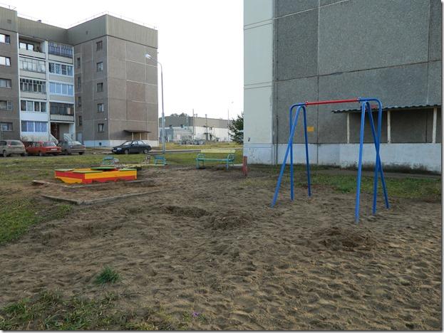 Качели и песочница на детской площадке