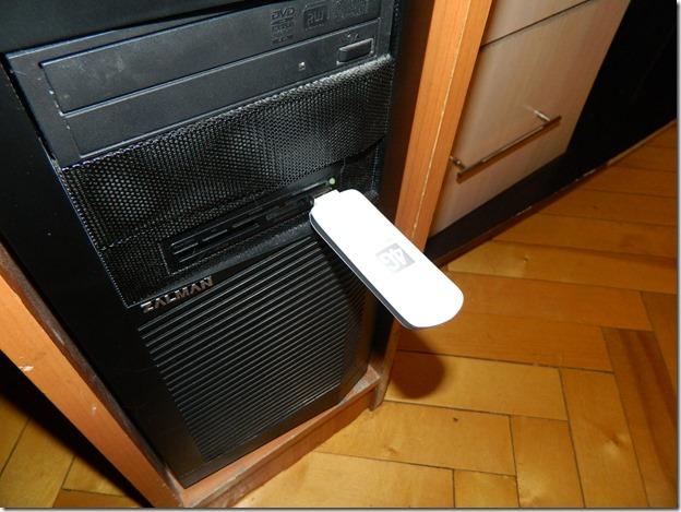 Внешний вид   4g модема м150-1 от Мегафона подсоедененного к системному блоку компьютера