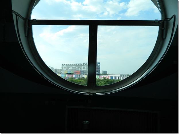 Вид на здание телецентра через окно останкинской телебашни