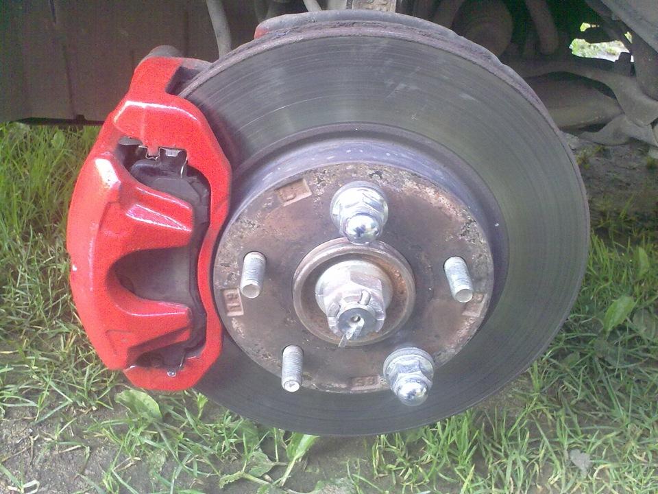 Тормозной диск с красным суппортом