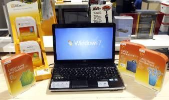 Ноутбук в окружении коробок с программами