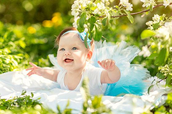 Ребенок в яблоневом цвету