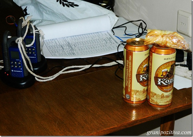 Пиво Козел на столе с сыром косичкой