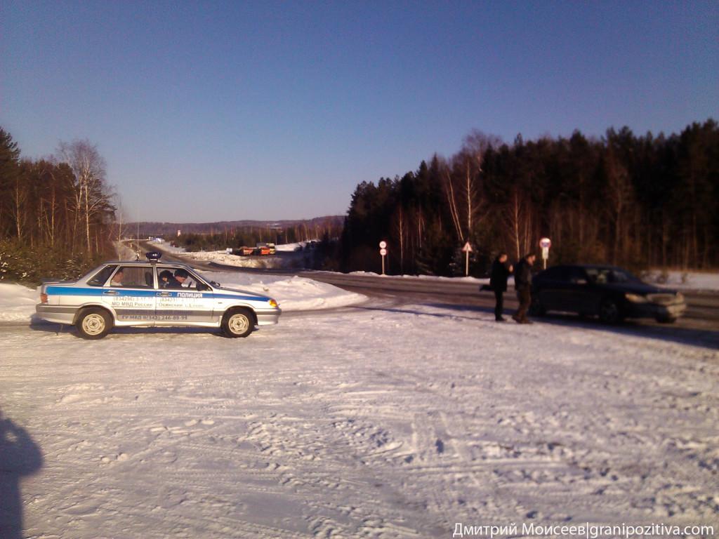 Автомобиль ГИБДД стоит меньше пяти метров от перекрестка