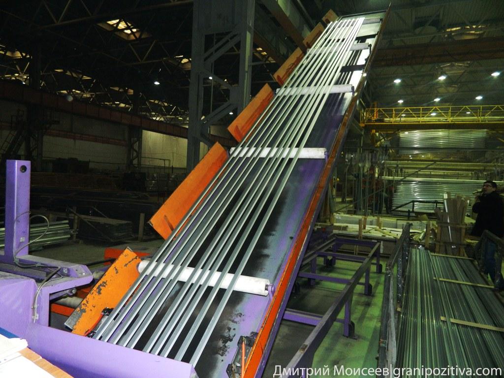 После ролики с готовым профилем поднимаются, чтобы лишняя дробь вернулась в дробоструй завод Найди Ижевск