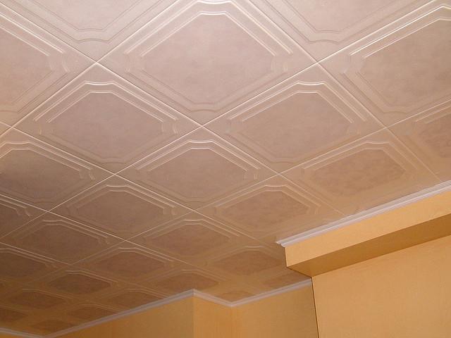 Потолок обклеенный потолочной плиткой