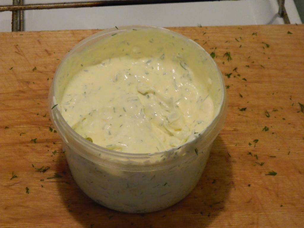 миска с неперемешанным шашлычным соусом на разделочной доске