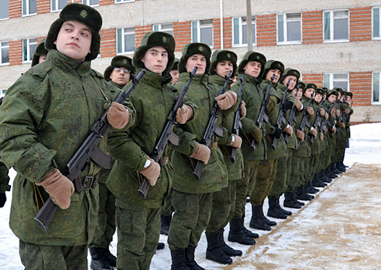 Строй молодых солдат с автоматами