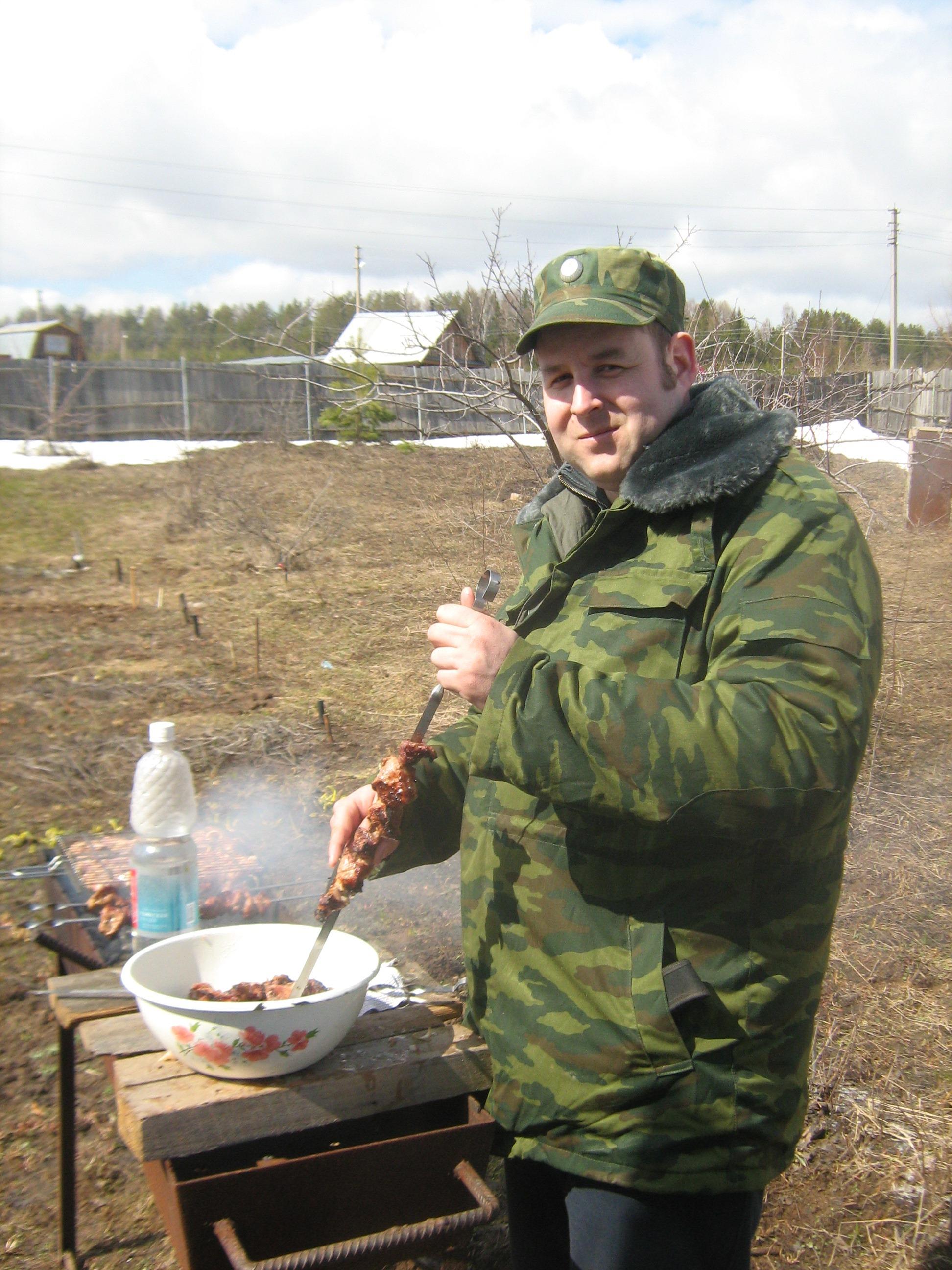 Дмитрий Моисеев жарит шашлык на огороде