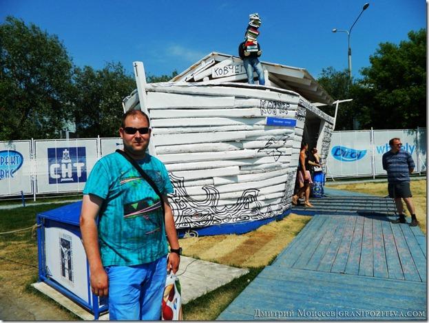 я на фоне инсталляции корабля на фестивале белые ночи в перми