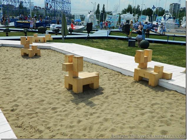 инсталляцияи собачка на газоне на фестивале белые ночи в перми