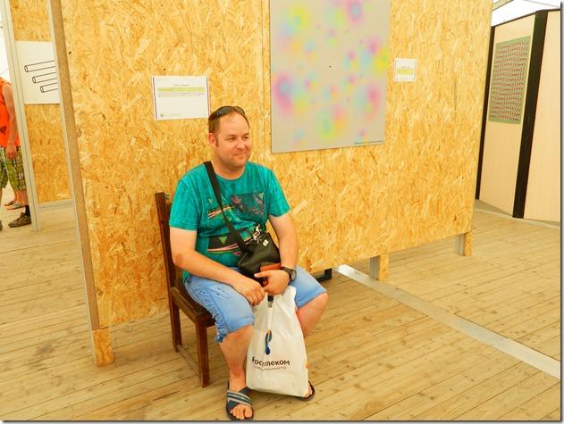Дмитрий Моисеев сидит на стеле с гвоздями в эксперементариуме Фестиваля Белые Ночи в Перми