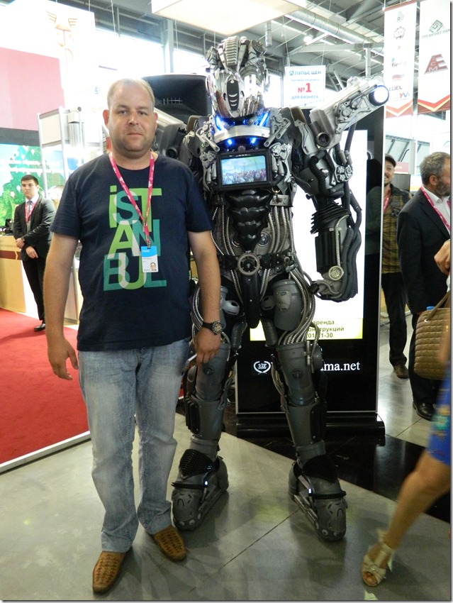 Дмитрий Моисеев  вместе с роботом на Иннпроме
