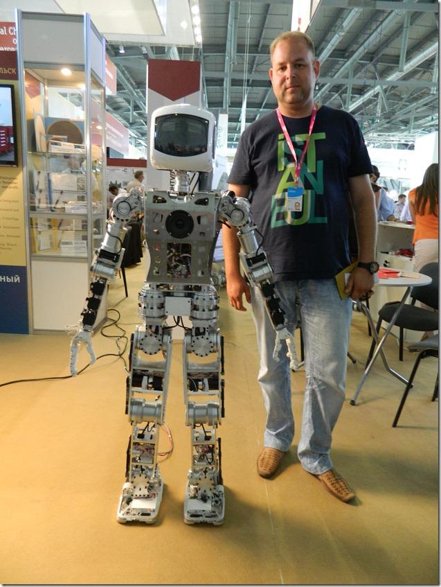 Дмитрий Моисеев  с роботом на Иннпроме