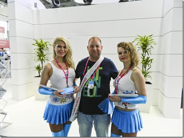 Дмитрий Моисеев с красивыми девушками, которые презентуют новые облачные технологии от Ростелекома на Иннопроме