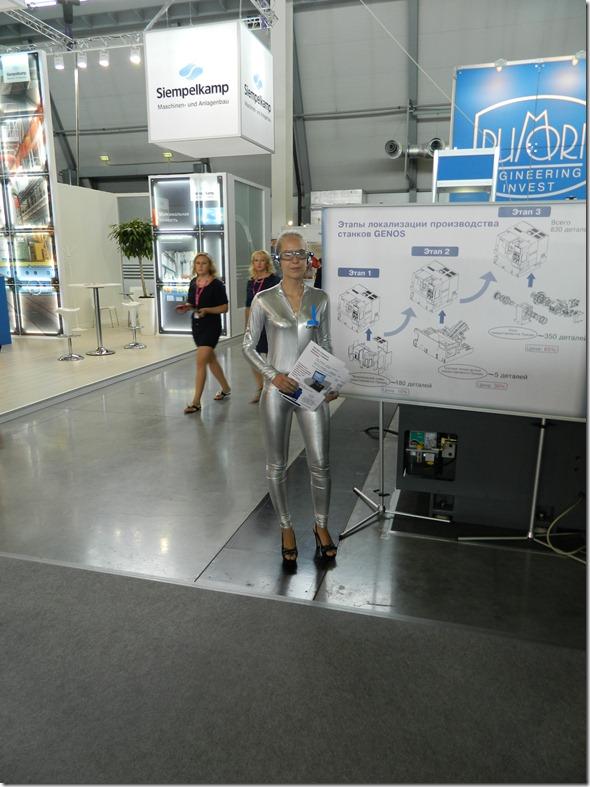 Девушка в костюме гуманойда на Иннопроме