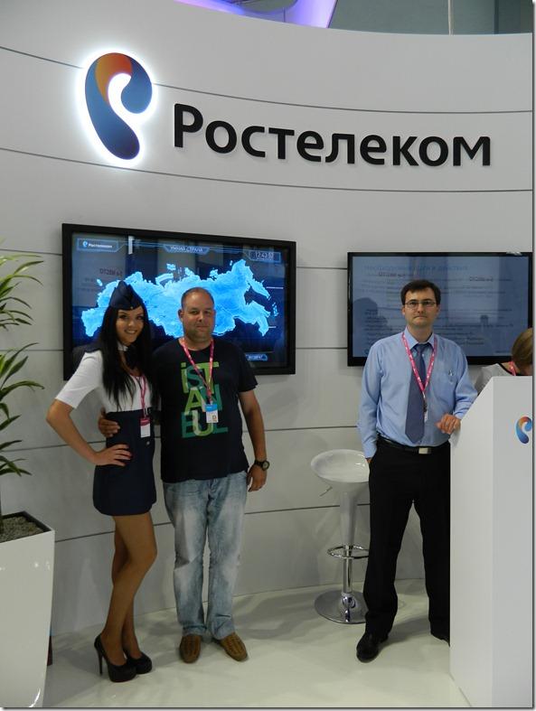Дмитрий Моисеев с красивой девушкой на стенде новых облачных технологий от Ростелеком