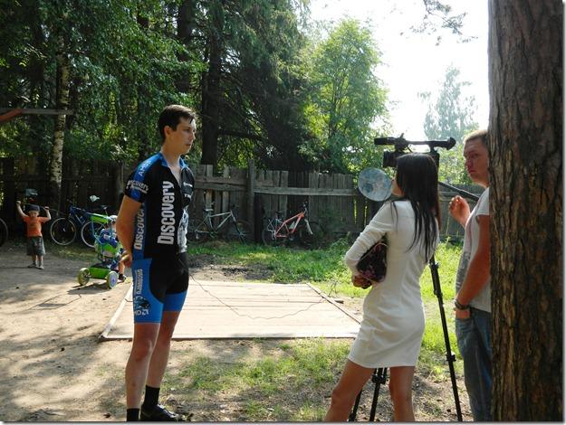 организатор дает интервью  на соревнованиях по велокроссу Cross  Forest в городе Воткинск