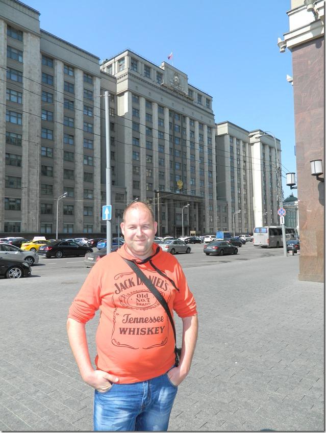Дмитрий Моисеев на фоне здания государственной думы