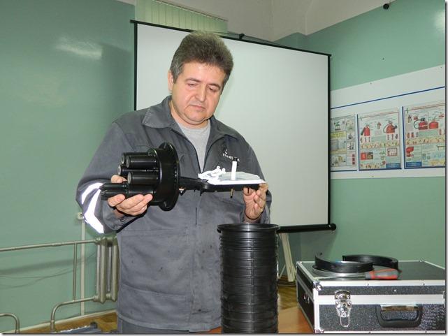 Монтажник держит оптоволоконную муфту