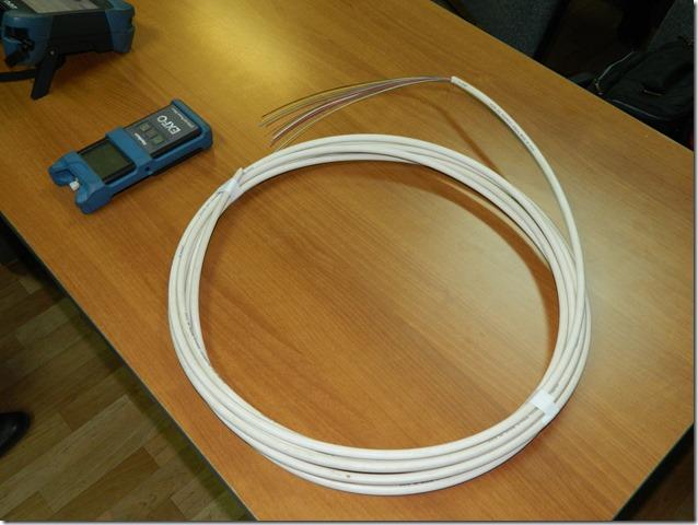 Белый оптоволоконный кабель